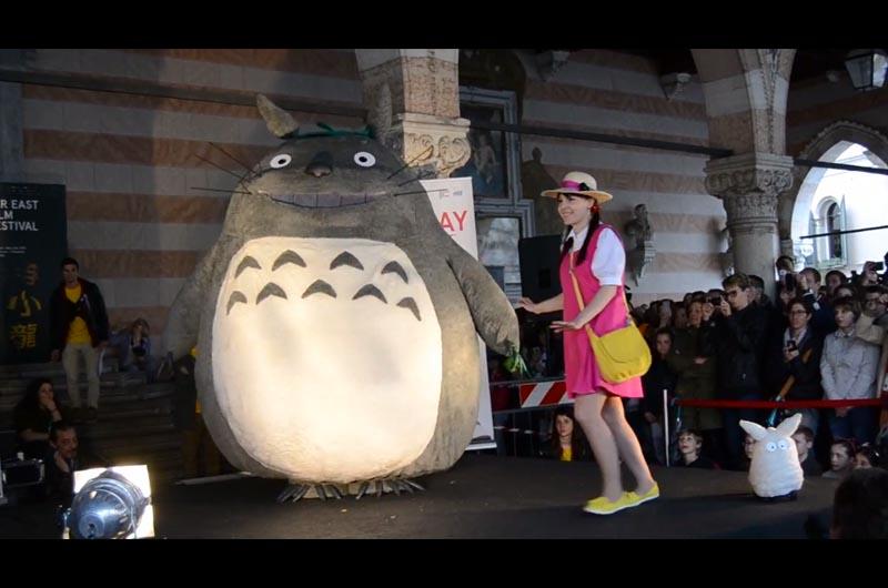 イタリア映画祭コスプレコンテストでトトロ優勝!実物大のトトロのコスプレを披露!