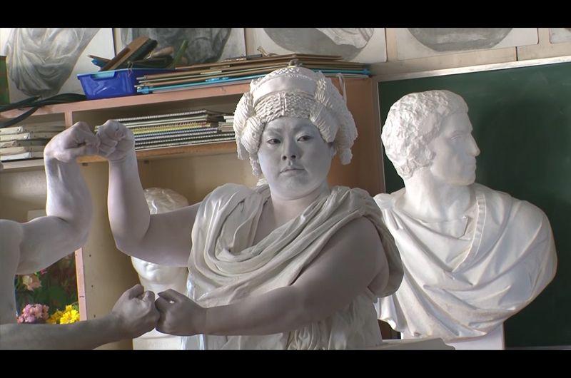 Fit'sなかよしダンス新CM美術室の石膏像は誰?早くも話題!渡辺直美がCMで石膏像になりきり
