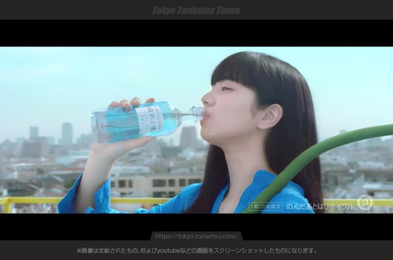 キリン「晴れと水」CM大きな花を肩に掛けて潤う人気女優!花はガーベラ?小松菜奈出演