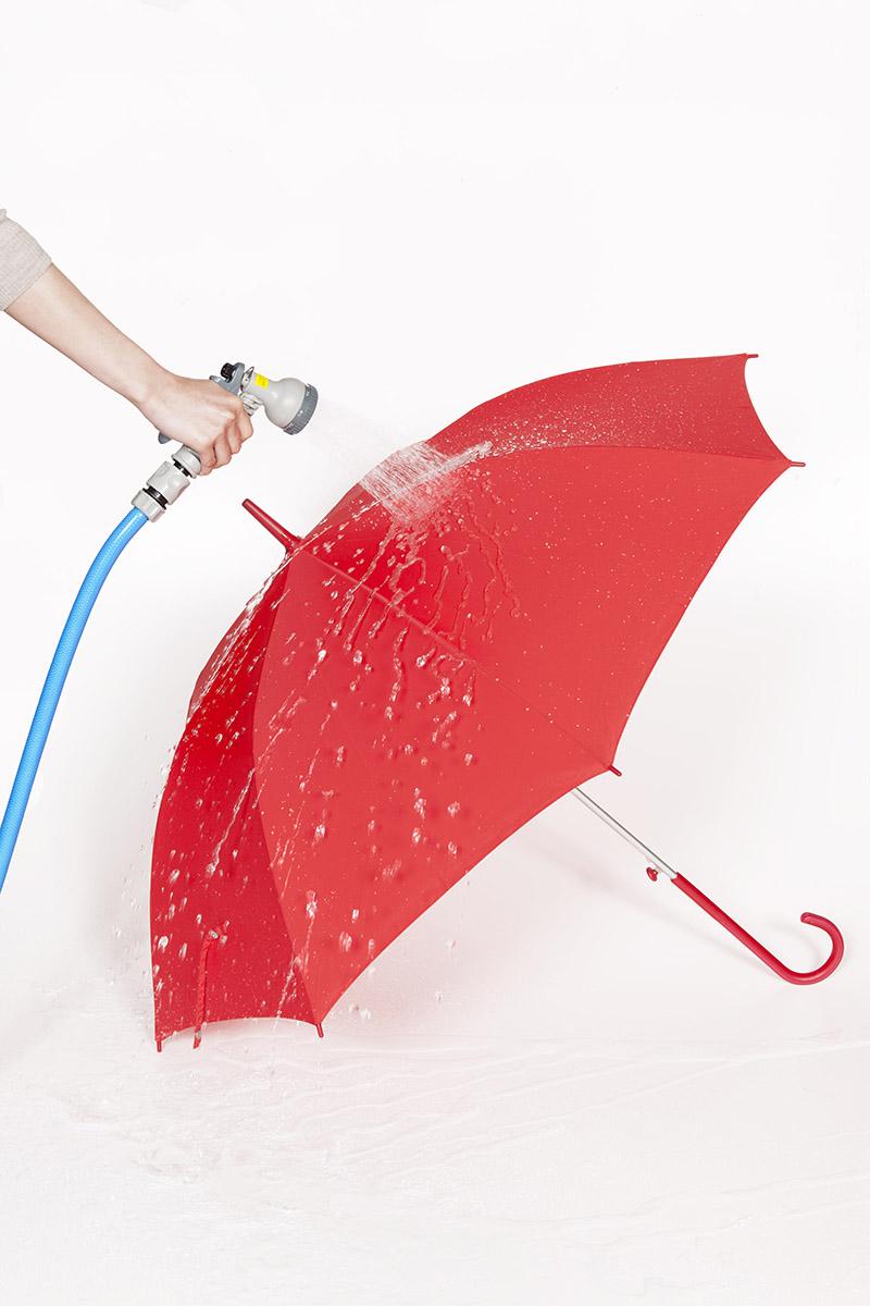 梅雨迄に手に入れたい高機能の傘[アンヌレラ]撥水力が周囲に迷惑をかけない心遣いに…